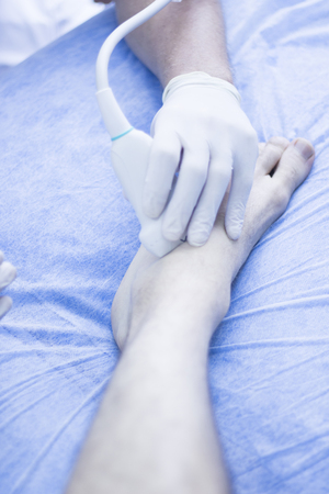 sonograma: Asistida por ultrasonido EPI ecografía Intratisular electrólisis percutánea terapia física tratamiento fisioterapeuta en la rehabilitación clínica de fisioterapia IPE para el pie y el tobillo. Foto de archivo