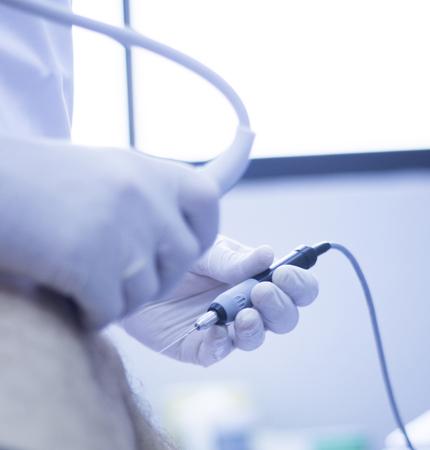 Asistida por ultrasonido EPI ecografía Intratisular electrólisis percutánea terapia física tratamiento fisioterapeuta de rehabilitación en el hospital Centro Médico de la clínica de fisioterapia IPE. Foto de archivo