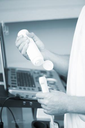 sonograma: Asistida por ultrasonido EPI ecografía Intratisular electrólisis percutánea terapia física tratamiento fisioterapeuta de rehabilitación en el hospital Centro Médico de la clínica de fisioterapia IPE. Foto de archivo