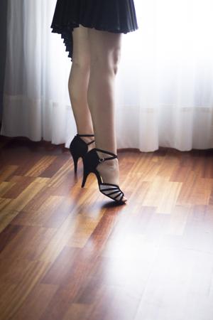 zapatos escolares: Female ballroom, standard, sport dance, latin and salsa dancer feet and shoes in dance academy school rehearsal room dancing salsa.