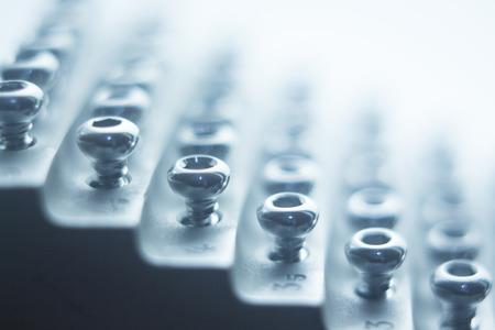 Ortopedia y Traumatología estante cirugía de tornillos para fijar los implantes metálicos de titanio quirúrgico aislado foto de primer plano.