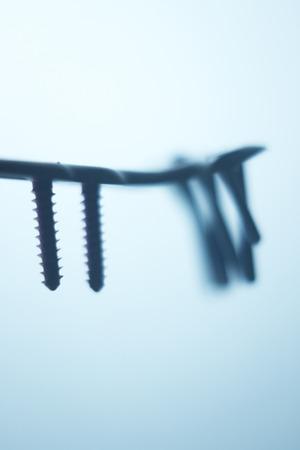 orthopaedics: Ortopedia y Traumatolog�a placa de la cirug�a y tornillos de titanio quir�rgico de implante de metal cerca de aislados. Foto de archivo