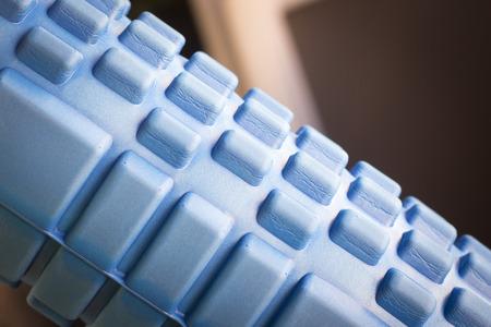 fisioterapia espuma, aptitud de los deportes de rodillos auto masaje se utiliza para desplegar cansadas, dolor muscular, tensión, tensiones y aumentar la flexibilidad muscular. Foto de archivo