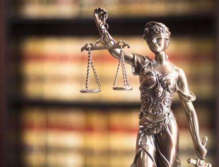 Juridische kantoor van advocaten en procureurs wettelijke bronzen model standbeeld van Themis godin van rechtvaardigheid.