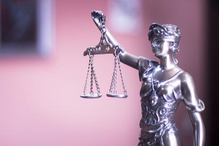 oficina jurídica de los abogados modelo de bronce legal estatua de Themis diosa de la justicia. Foto de archivo