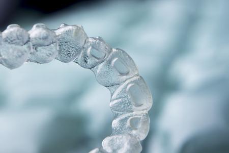 Onzichtbaar orthodontie cosmetische beugels tand aligners plastic braces modern tanden klemmen geïsoleerd close-up.