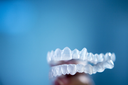 Invisible dental bracket aligners for modern orthodontic treatment to straighten teeth and improve dental hygiene. Stockfoto