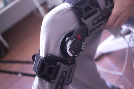 Fisioterapia clinica meccanica fisioterapia ortopedica gamba regolabile per tutore per infortunio al ginocchio e riabilitazione. Archivio Fotografico - 77895412