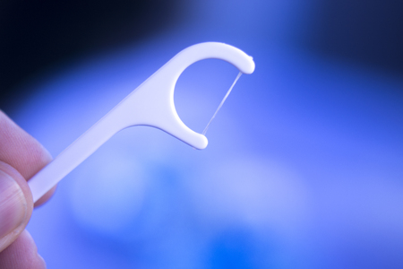 Odontología odontológica odontología ortodóntica modelo de enseñanza con gomas, esmalte dental, placa, raíces e implantes de metal.