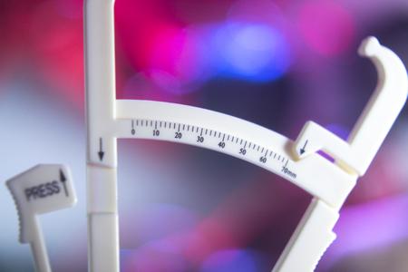 체중 감량 다이어트 지방 캘리퍼스는 체력의 건강 정권 bodyfat 수준을 측정합니다. 스톡 콘텐츠