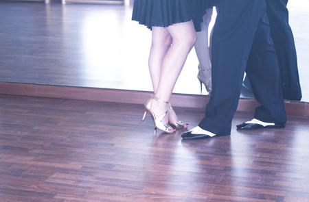 Ballroom Tanz paar Tänzer und Lehrer in der Studio-Schule tanzen in der Probe. Standard-Bild - 88094645