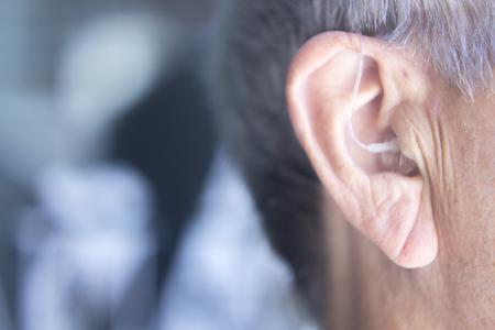 청각 장애인을위한 보청기 및 노인의 귀에 열리는 청각 장애인을위한 현대 디지털.