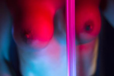 평평한 밤에 아름다운 매력적인 몸매를 가진 섹시한 큰 가슴 섹스 누드 에로틱 한 젊은 아가씨. 스톡 콘텐츠 - 89593508