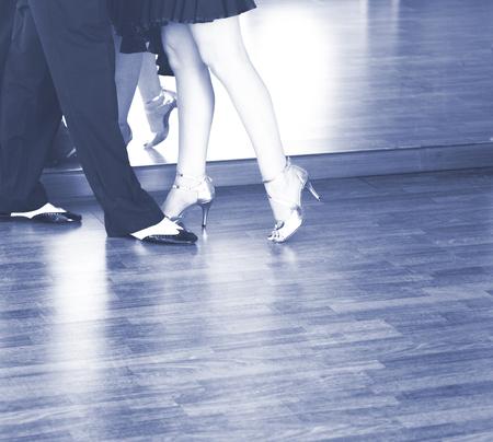 Ballroom dança casal de dançarinos e professores na escola de estúdio dançando no ensaio.