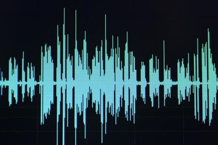 L'écran du programme informatique d'édition de studio d'ondes sonores audio affiche les sons à l'écran de l'enregistrement vocal de la voix off Banque d'images