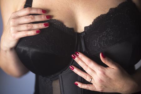 Señora delgada tetona con escote muy grande y masivo en ropa interior de lencería como modelo de glamour.