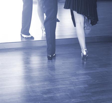 Baile de salón pareja de bailarines y profesores en la escuela de estudio bailando en el ensayo.