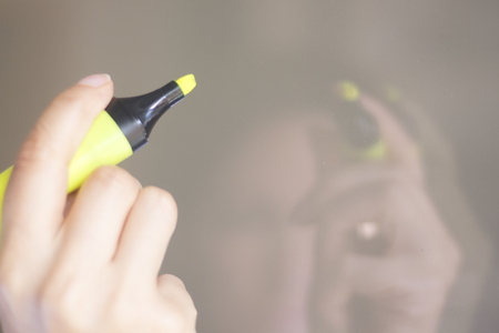 Felt tip permanent highlighter color ink marker pen in hand of young lady. Stockfoto