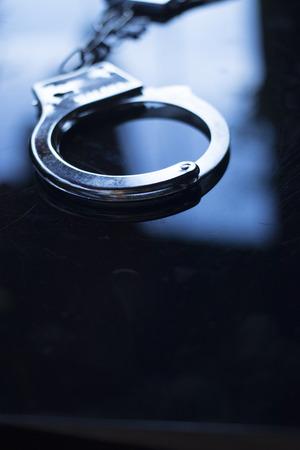 Menottes en métal pour les jeux de domination d'adultes pervers ou pour la sécurité de la police.