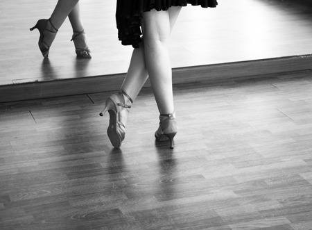 Baile de salón femenino instructor de bailarina de salsa mujer bailando en la sala de ensayo shcool