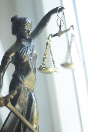 Bufete de abogados legal estatua de bronce de la diosa themis con escalas de justicia en la oficina de abogados. Foto de archivo