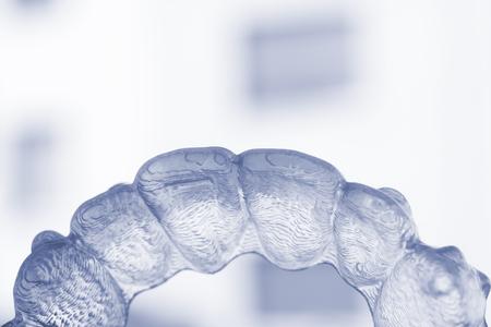 Unsichtbare Zahnschienen aus Kunststoff mit Zahnspange kieferorthopädische Glätteisen. Standard-Bild