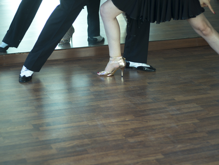 Ballroom dance salsa dancer instructors man and woman couple dancing in shcool rehearsal room Stockfoto