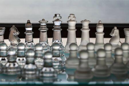 humilde: Juego de ajedrez como una serie concepto de negocio con temas de estrategia, competetion, fusiones, director general de gesti�n, las empresas, la pol�tica, la supervivencia y los ganadores. Piezas principales en el enfoque, y peones humildes en primer plano borrosa.