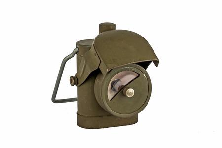 seconda guerra mondiale: Antique Seconda Guerra Mondiale Lamp - isolato su sfondo bianco, rilasciato a truppe britanniche, con cappuccio per nascondere la luce.