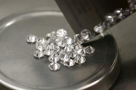 ダイヤモンドの重量を量る。ダイヤモンドの重量を決定するためのツール 写真素材