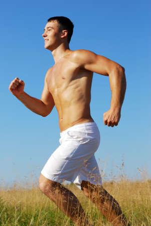hombres corriendo: J�venes adultos disfrutando de formaci�n en ejecuci�n
