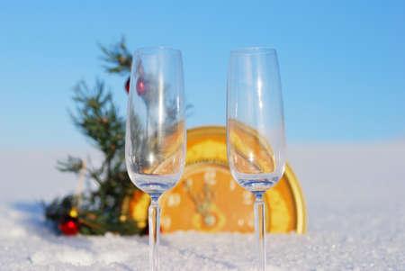 Reloj con la llegada del año nuevo en fondo de invierno Foto de archivo - 8340046