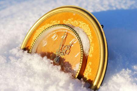 Reloj mostrando la llegada del nuevo año sobre fondo de invierno Foto de archivo - 8340070