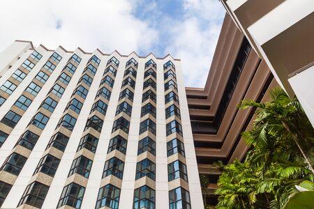 Vue en perspective et l'angle inférieur de texture de fond de gratte-ciel modernes de construction en verre sur le ciel bleu nuageux Banque d'images - 37615720