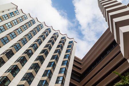Perspective et angle de vue inférieure à fond texturé de gratte-ciel modernes de construction en verre sur le ciel bleu nuageux Banque d'images - 37615725