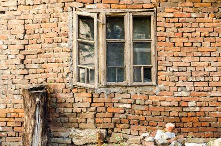 ventana rota: Pared vieja con la ventana rota y el �rbol