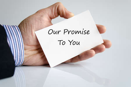 Hombre de Bussines mano con el texto Nuestro compromiso con usted Foto de archivo