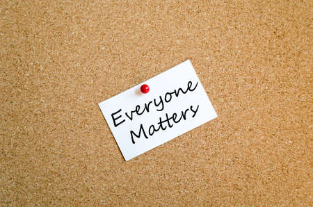 matters: Sticky Note On Cork Board Background everyone matters concept Stock Photo