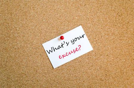 excuser: Sticky Note sur la carte de Cork Contexte Quel est votre concept excuse