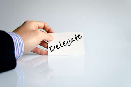 delegar: Delegado concepto de texto aislados sobre fondo blanco Foto de archivo