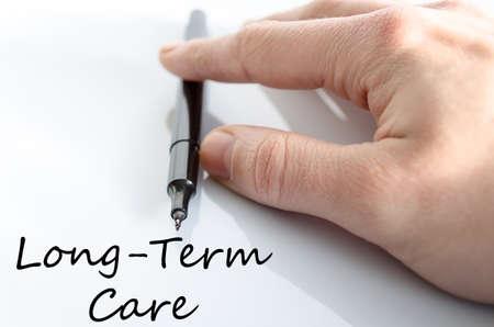 pflegeversicherung: Langzeitpflege-Text-Konzept isoliert über weißem Hintergrund