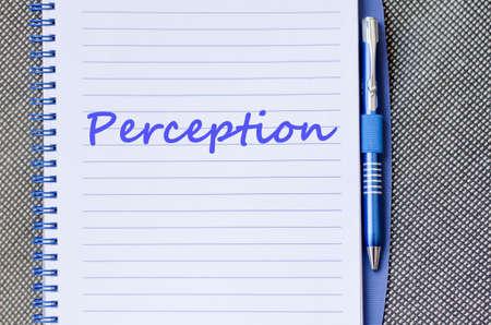 percepci�n: Percepci�n concepto de texto escribir en el cuaderno con la pluma
