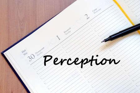 percepción: Percepción concepto de texto escribir en el cuaderno con la pluma