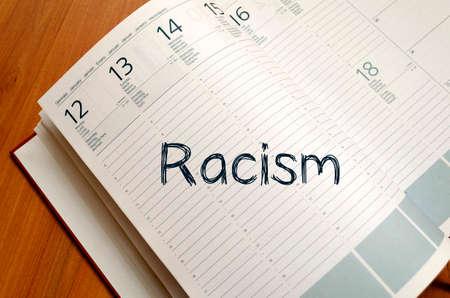 racismo: Racismo concepto de texto escribir en el cuaderno