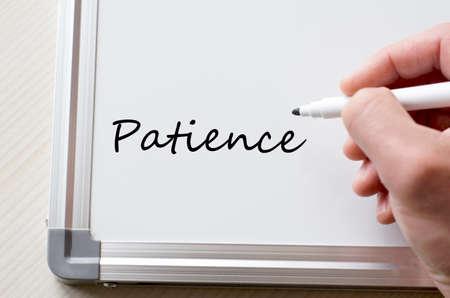 paciencia: La mano del hombre escribiendo en la pizarra paciencia