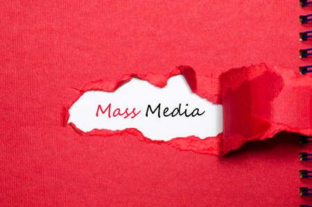 La parola mass media che appaiono dietro carta strappata Archivio Fotografico