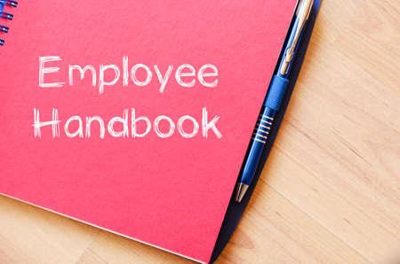 Employee handboek tekstconcept te schrijven op een notebook