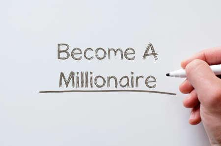 millonario: escritura de la mano humana convertirse en millonario en la pizarra