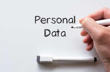 datos personales: La mano del hombre la escritura de datos personales en la pizarra