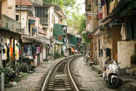 Lokale huizen dicht bij actieve spoorweg in Hanoi, Vietnam.